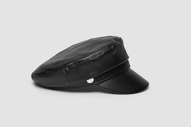 Gorra marinera de polipiel en color negro de Stradivarius