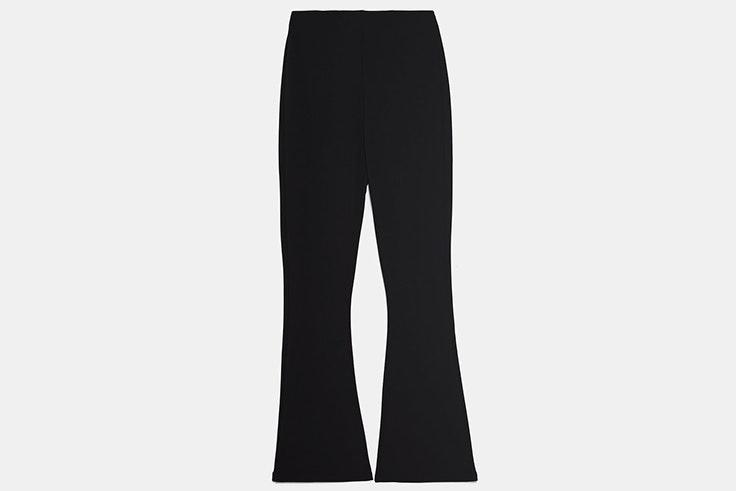 Pantalón flare en color negro de Zara